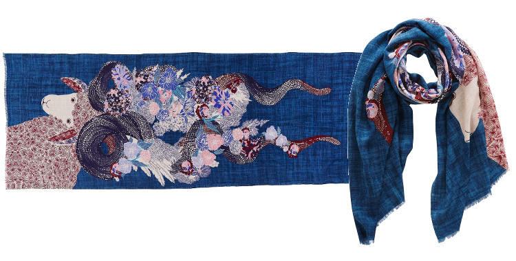 """Foulard, laine extra-fine et soie, Inouitoosh 2014, l'agneau """"Angelo"""" sur fond de couleur bleu jean."""
