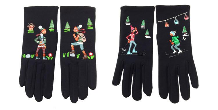 """Gants fantaisie de la marque """"Quand les poules auront des gants"""" sur le thème de la randonnée en montagne et du ski alpin."""