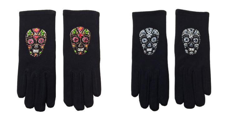 """Gants fantaisie de la marque """"Quand les poules auront des gants"""" sur le thème des têtes de morts."""