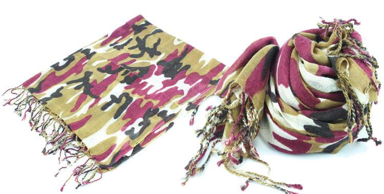 Foulards Glen Prince, colllection 2015, en étamine de laine, motifs camouflage, coloris kaki, 180 cm x 70 cm.