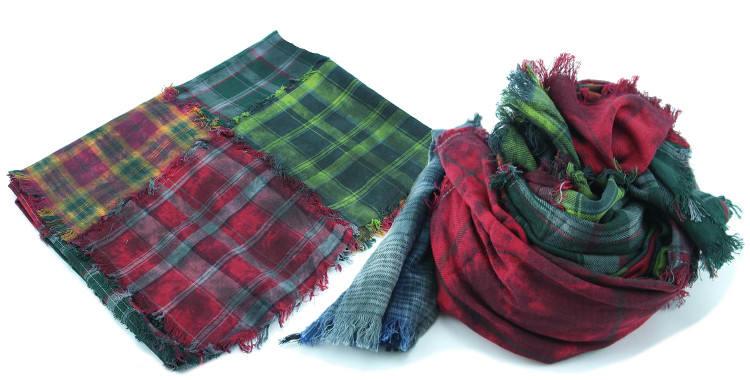Foulards en coton, motifs à carreaux écossais vintage, coloris rouge, vert et bleu, dimensions 180 cm x 70 cm.