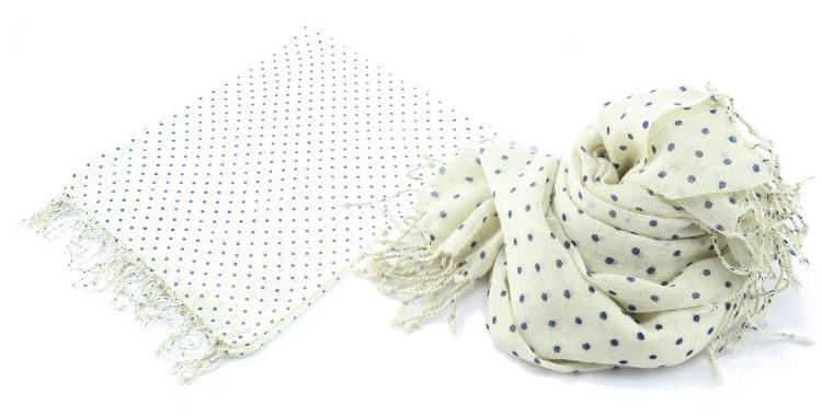 Foulards Glen Prince, colllection 2015, en étamine de laine, motifs à pois, coloris ivoire, dimensions 180 cm x 70 cm.