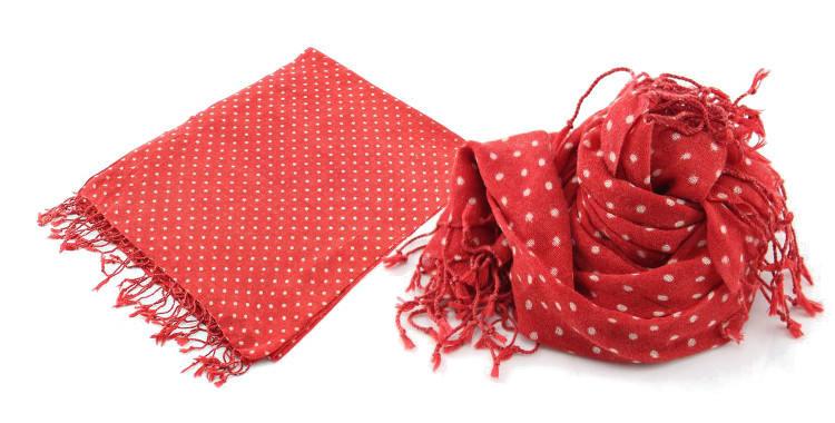 Foulards Glen Prince, colllection 2015, en étamine de laine, motifs à pois, coloris rouge, dimensions 180 cm x 70 cm.
