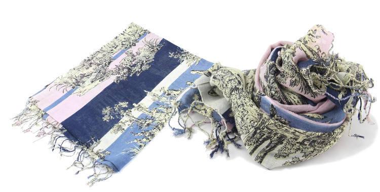 Foulards en étamine de laine et soie, motif toile de jouy, coloris bleu et rose, dimensions 180 cm x 70 cm.