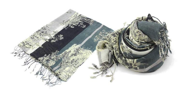 Foulards en étamine de laine et soie, motif toile de jouy, coloris kaki, dimensions 180 cm x 70 cm.