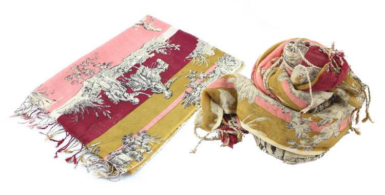 Foulards en étamine de laine et soie, motif toile de jouy, coloris rose, dimensions 180 cm x 70 cm.