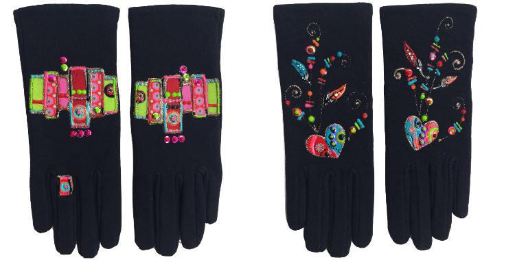 Gants taille unique en tissu noir de la maison Quand les poules auront des gants, collection 2015, décorés d'un patchwork à gauche, décorés de coeurs à plumes, à droite.