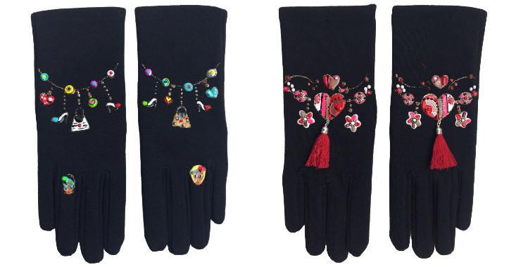 Gants taille unique en tissu noir de la maison Quand les poules auront des gants, collection 2015, décorés d'accéssoires de modes à gauche, décorés de coeurs de fleurs et de pompons à droite.
