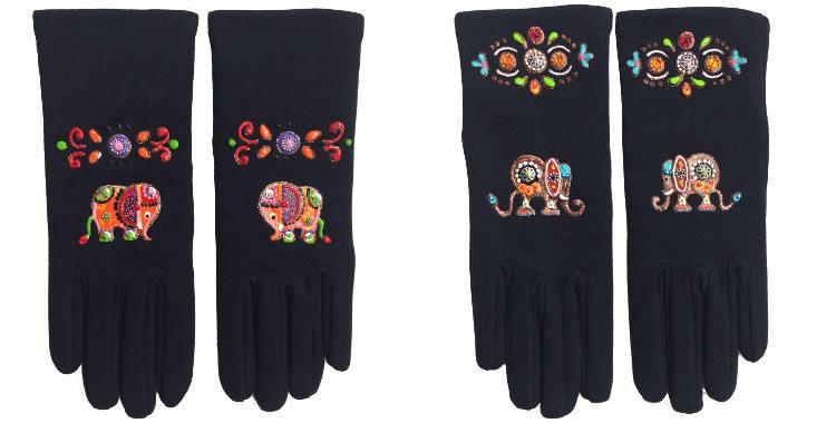 Gants taille unique en tissu noir de la maison Quand les poules auront des gants, collection 2015, décorés d'éléphants oranges et muticolores.