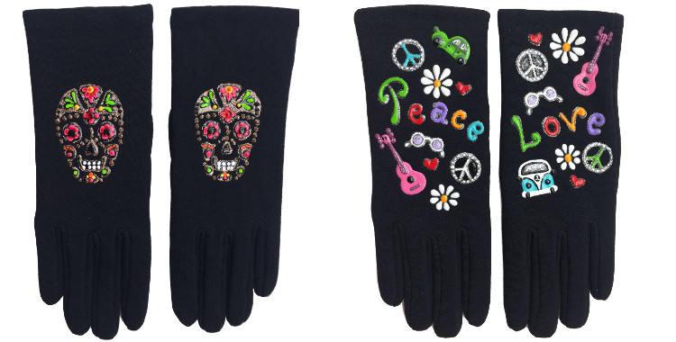 Gants taille unique en tissu noir de la maison Quand les poules auront des gants, collection 2015, décorés de têtes de morts à fleurs colorées et des symboles du mouvement power flower des années 70..