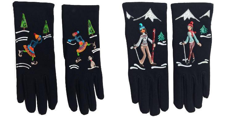 Gants taille unique en tissu noir de la maison Quand les poules auront des gants, collection 2015, décorés de patineuses et de skieuses aux sports d'hiver..