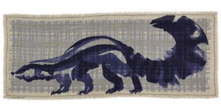 Foulard double face le blaireau de la collection Inouitoosh 2015, côté verso, représentant un blaireau ou un putois, en coloris bleu.