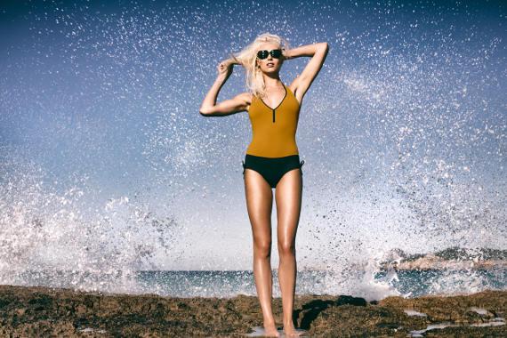 Maillot de bain une pièce, décolleté poitrine plongeant, attache derrière le cou, lien sur les cotés permettant de modifier l'échancrure de la jambe.