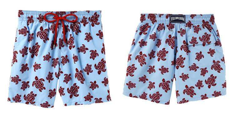 Maillot de bain de luxe pour homme, poches sur les côtés, poche arrière avec rabat, slip intérieur en coton, cordon embout métal, les tortues rouges sur fond bleu.