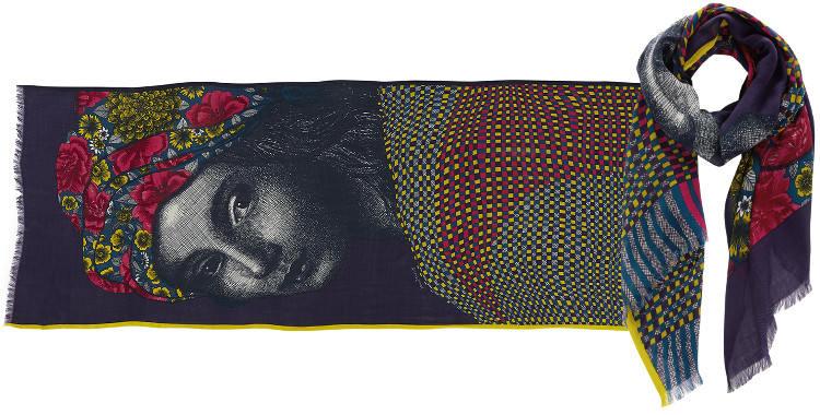 Foulard Inouitoosh 2016, en cachemire, soie, laine et coton, portrait d'une jeune fille, en coloris rose, jaune et bleu.