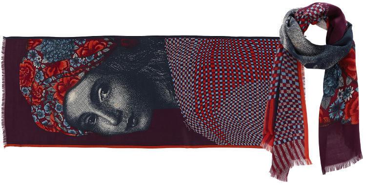 Foulard Inouitoosh 2016, en cachemire, soie, laine et coton, portrait d'une jeune femme, en coloris rouge et prune