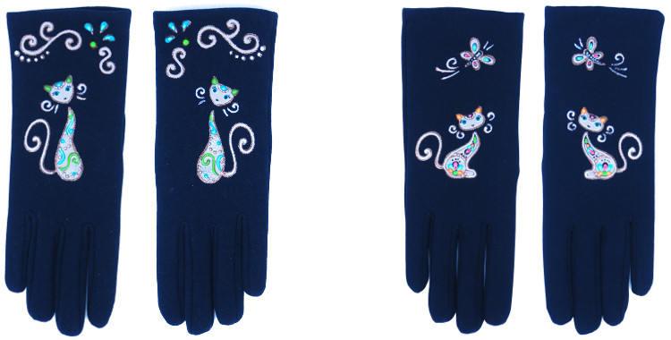 Les gants fantaisie de la marque Quand les poules auront des gants sont peints à la main et au pochoir, modèles les chats et les arabesques et le chat et le papillon.