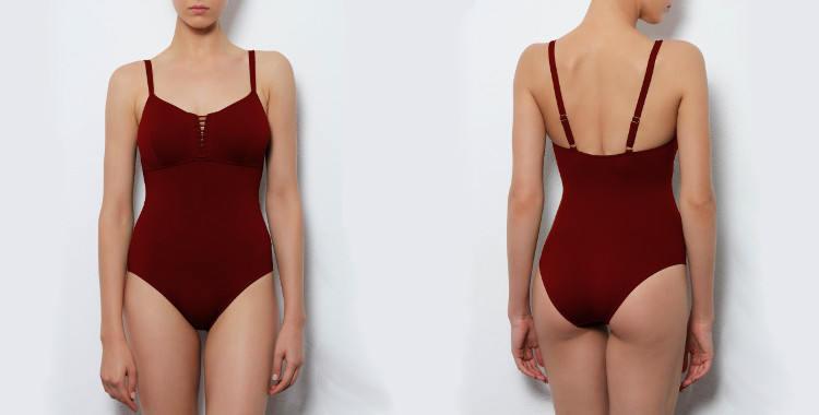 Maillot de bain une pièce Dnud 2017, modèle Corset, décolletté droit avec laçage et couture sous poitrine, bretelles réglables sur l'épaule, coloris bordeaux.