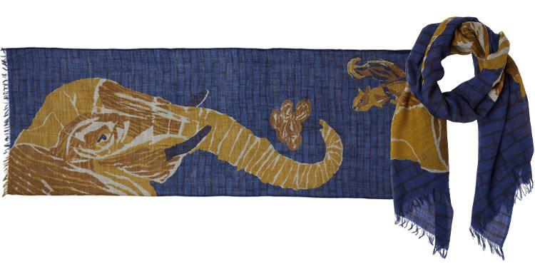 Foulard en étamine de laine exra-fine, collection Inouitoosh 2017, motif imprimé L'Eléphant et l'écureuil, coloris bleu, dimension 70 x 190 cm.