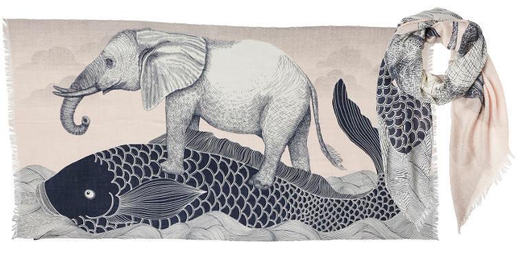 Foulard en étamine de laine exra-fine, collection Inouitoosh 2017, motif imprimé La Carpe japonaise et L'Eléphant, coloris nude, dimension 100 x 190 cm.