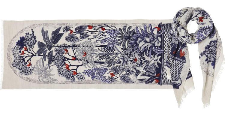 Foulard en étamine de laine exra-fine et soie, collection Inouitoosh 2017, motif imprimé Le Conservatoire ou Les Oiseaux sur les Branches, dimension 70 x 190 cm, coloris bleu marine.