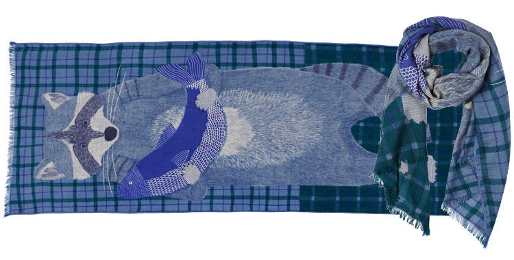 Foulard en étamine de laine exra-fine et soie, collection Inouitoosh 2017, motif imprimé Le Raton Laveur, coloris vert, dimension 70 x 190 cm.
