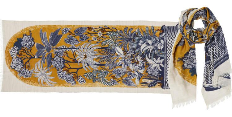Foulard en étamine de laine exra-fine et soie, collection Inouitoosh 2017, motif imprimé Le Conservatoire ou Les Oiseaux sur les Branches, dimension 70 x 190 cm, coloris jaune.