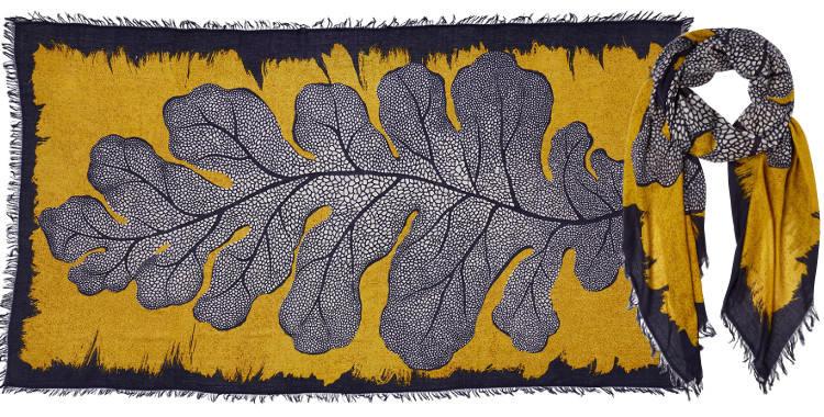 Foulard en modal et cachemire, collection Inouitoosh 2017, motif imprimé La Feuille de Chêne, coloris jaune, dimension 100 x 190 cm.