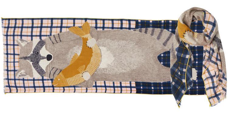 Foulard en étamine de laine exra-fine et soie, collection Inouitoosh 2017, motif imprimé Le Raton Laveur, coloris nude, dimension 70 x 190 cm.