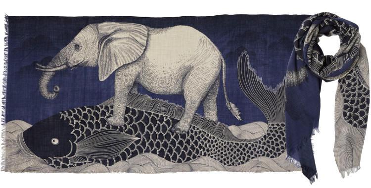 Foulard en étamine de laine exra-fine, collection Inouitoosh 2017, motif imprimé La Carpe japonaise et L'Eléphant, coloris fushia, dimension 100 x 190 cm.