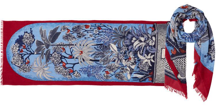 Foulard en étamine de laine exra-fine et soie, collection Inouitoosh 2017, motif imprimé Le Conservatoire ou Les Oiseaux sur les Branches, dimension 70 x 190 cm, coloris rouge.