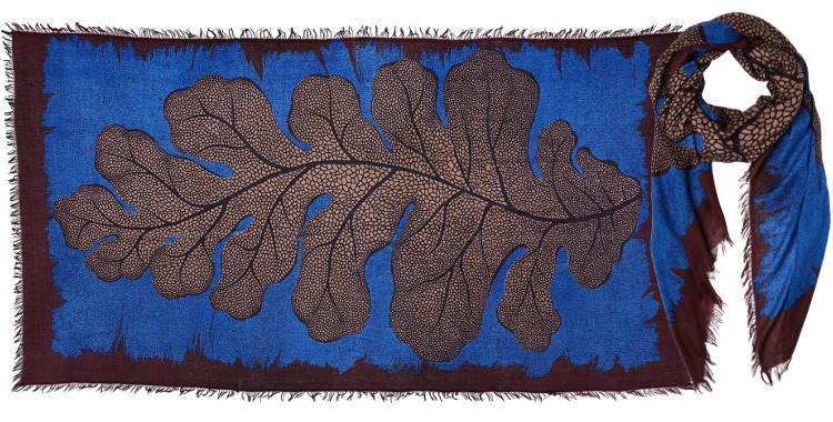 Foulard en modal et cachemire, collection Inouitoosh 2017, motif imprimé La Feuille de Chêne, coloris bleu, dimension 100 x 190 cm.