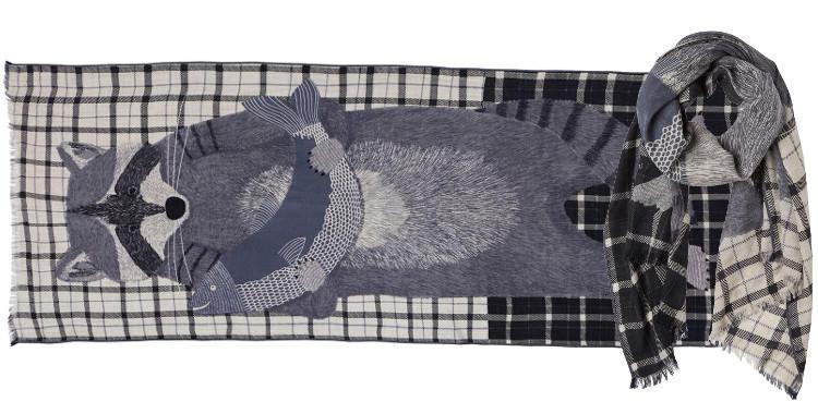 Foulard en étamine de laine exra-fine, collection Inouitoosh 2017, motif imprimé Le Raton Laveur, coloris noir, dimension 70 x 190 cm.