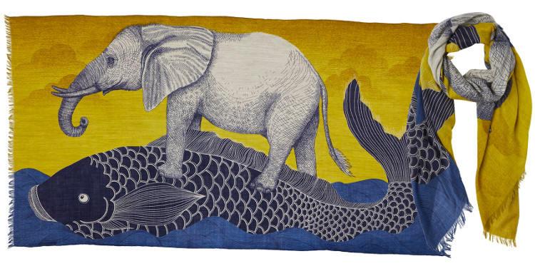 Foulard en étamine de laine exra-fine, collection Inouitoosh 2017, motif imprimé La Carpe japonaise et L'Eléphant, coloris jaune, dimension 100 x 190 cm.