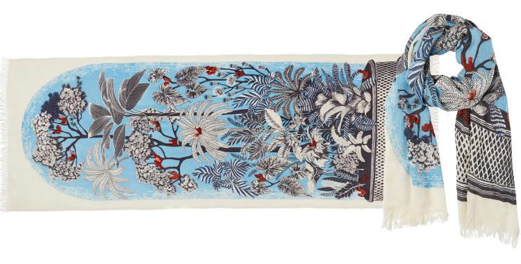 Foulard en étamine de laine exra-fine et soie, collection Inouitoosh 2017, motif imprimé Le Conservatoire ou Les Oiseaux sur les Branches, dimension 70 x 190 cm, coloris bleu glacier.