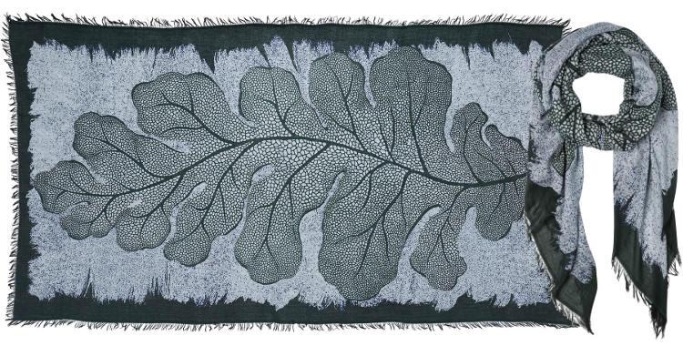 Foulard en modal et cachemire, collection Inouitoosh 2017, motif imprimé La Feuille de Chêne, coloris vert, dimension 100 x 190 cm.