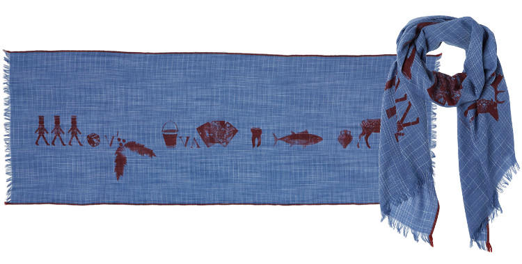 Foulard en étamine de laine exra-fine, collection Inouitoosh 2017, motif imprimé Le Pingouin, coloris bleu, dimension 100 x 190 cm.