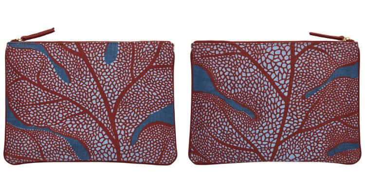 Pochette en coton, brodée, fermeture zip, collection Inouitoosh 2017, motif La Feuille de Chêne, en coloris bleu.