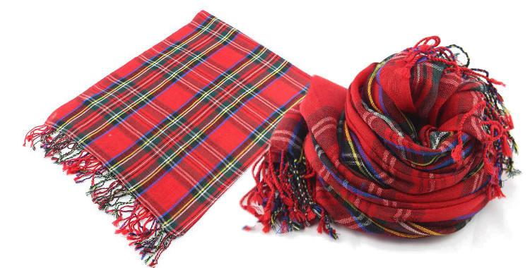 Foulards imprimés, à porter en étole ou en écharpe, en étamine de laine 100%, Glen Prince hiver 2017, motifs carreaux écossais, dimensions : 180 x 70 cm, coloris rouge.