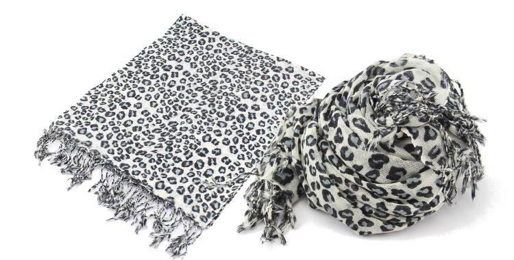 Foulards imprimé, à porter en étole ou en écharpe, en étamine de laine 100%, Glen Prince hiver 2017, motifs pelage léopard, dimensions : 180 x 70 cm.