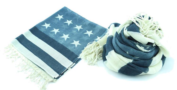 """Foulards imprimé, en étamine de laine 100%, Glen Prince hiver 2017, drapeau des Etats Unis d'Amérique, le """"stars and stripes"""", dimensions : 180 x 70 cm, en coloris gris."""