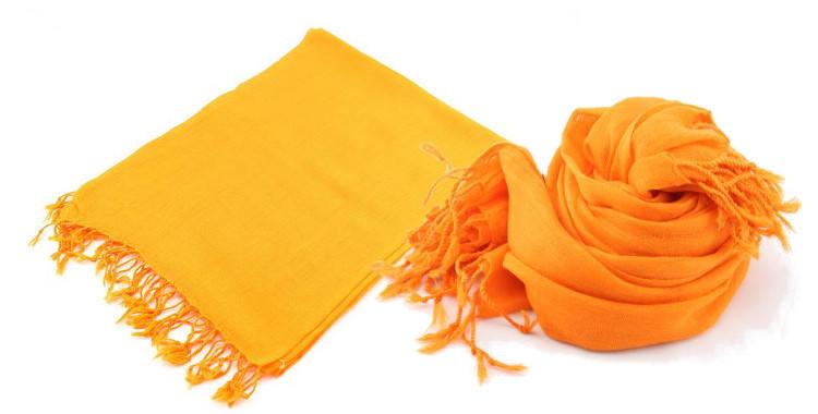 Foulard uni, Glen Prince, collection 2017, en étamine 100 % laine, dimensions : 70 x 180 cm, coloris orange, à porter en étole ou en écharpes.