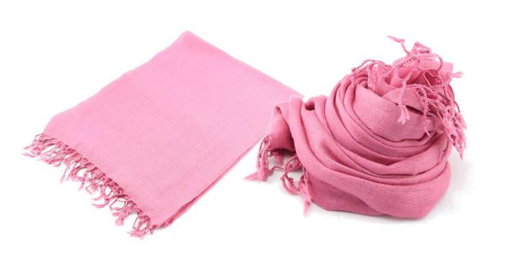 Foulard uni, Glen Prince, collection 2017, en étamine 100 % laine, dimensions : 70 x 180 cm, coloris rose, à porter en étole ou en écharpes.