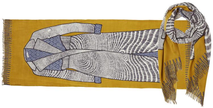 Foulard en étamine de laine extra-fine, à porter en écharpe ou en étole, collection Inouitoosh 2017, motif imprimé le manteau, coloris jaune, dimension 70 x 190 cm.