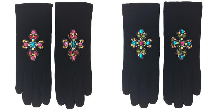 Les gants fantaisie, les croix, de la maison Quand les poules auront des gants, sont peints à la main et taille unique