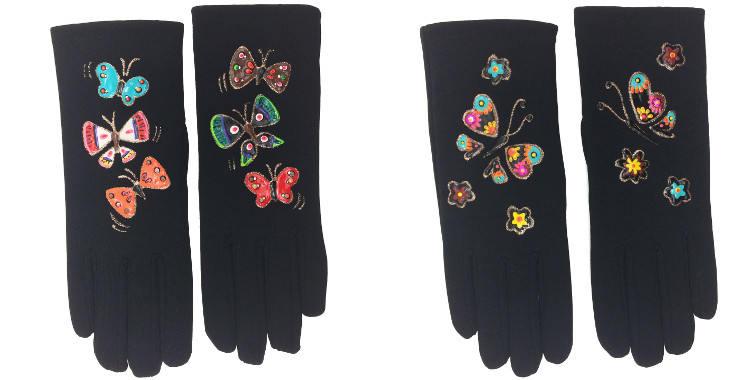 Les gants fantaisie, de la maison Quand les poules auront des gants, sont peints à la main et taille unique, Les Papillons de toutes les couleurs (à gauche) ou Les Papillons multicolores (à droite)