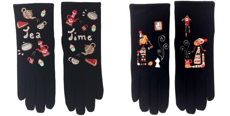Les gants fantaisie, de la maison Quand les poules auront des gants, sont peints à la main et taille unique, Tea Time (à gauche) ou La Pause Café (à droite)