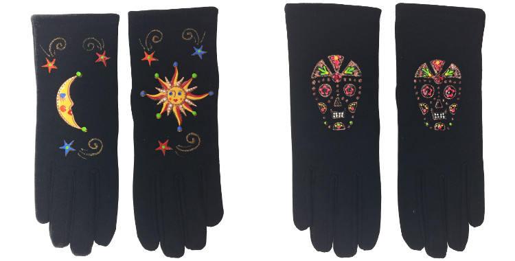 Les gants fantaisie, de la maison Quand les poules auront des gants, sont peints à la main et taille unique, Le soleil et la lune (à gauche) ou les têtes de mort ou Calavera. (à droite)