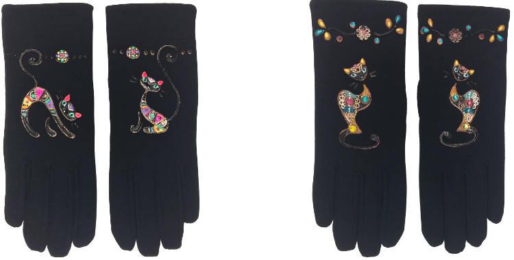 Ces gants peints à la main, en France représentent des chats noirs jaune ou multicolores