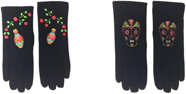 Les poupées russes et les calaveras ou têtes de morts sont les deux motifs folkloriques de ces gants peints à la main en France